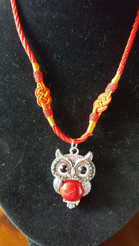collier cordons tibetains chouette cabochon howlite rouge