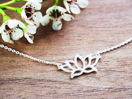 feine Halskette mit Lotusblume