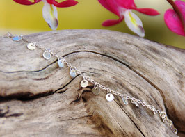 Silberarmkette mit kleinen Plättchen
