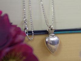 Herz mit Krönchen an langer Kette