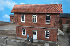 Wohnhaus Ziegelfassade Mit weißen Fenstern Spur 1  1:32 bemalt gealtert