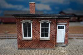 Mehrzweckgebäude mit weißen Fenstern Spur 1 1:32 bemalt gealtert