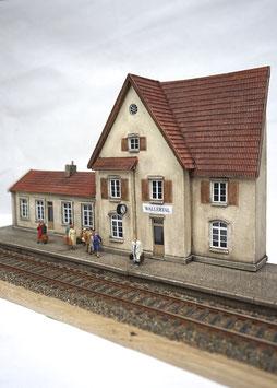 Landbahnhof mit Nebengebäude und Bahnsteig Spur 0  1:45 koloriert bemalt gealtert