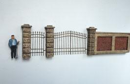 Einfriedungspfeiler mit Eisentoren Spur 1  1:32 koloriert, bemalt , gealtert