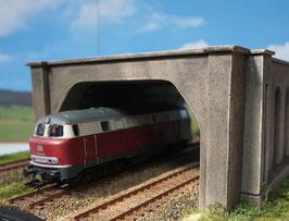 2 - gleisige Betonunterführung  mit Stützmauer und Dach Spur 0  1:45 koloriert bemalt gealtert
