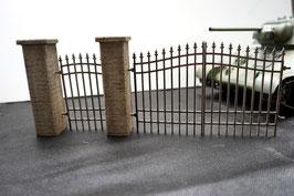 Pfeiler Betonmauer mit Eisentoren Maßstab 1  1:16 koloriert, bemalt , gealtert