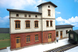 Bahnhof mit Güterschuppen  Spur 1  1:32 bemalt gealtert
