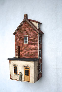 Kleinstadt- Wohnhaus mit Gewerbeanbau Relief Spur 0  1:45 koloriert bemalt gealtert