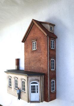 Kleinstadt - Wohnhaus  mit Gewerbeanbauten Spur 1  1:32 koloriert, bemalt , gealtert