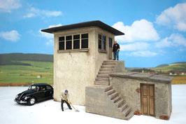 Stellwerk Schrankenposten mit Treppe und Anbau Spur 1  1:32 bemalt gealtert