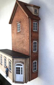 Kleinstadt - Wohnhaus  mit Anbau Relief Spur 1  1:32 koloriert, bemalt , gealtert