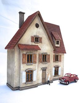 Wohnhaus Eckhaus mit extra Fensterläden und Gaube Spur 0  1:45 koloriert bemalt gealtert