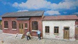 Industriegebäude mit Eingang und Anbau Spur 1 1:32 bemalt gealtert