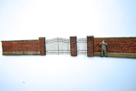 Ziegelpfeiler mit Eisentoren Spur 0  1:45 koloriert bemalt gealtert