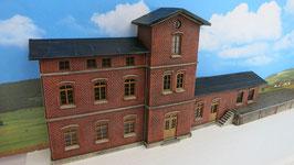 Bahnhofsgebäude mit Güterschuppen und Laderampe für Spur 0 1:45 koloriert bemalt gealtert