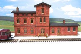 Bahnhofsgebäude mit Güterschuppen  für Spur 0 1:45 koloriert bemalt gealtert