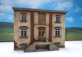 Genossenschafts Gebäude Seitenfront mit Aufgang Spur 1  1:32 koloriert, bemalt , gealtert
