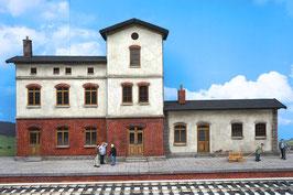 Bahnhof mit Güterschuppen und Bahnsteig  Spur 1  1:32 bemalt gealtert