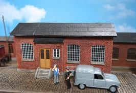 Industriegebäude mit Eingang und grauen Fenstern Spur 1 1:32 bemalt gealtert