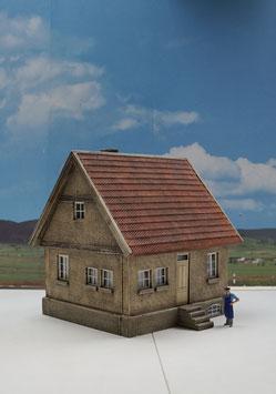 Siedlungshaus mit weißen Fenstern 1  1:32 koloriert, bemalt , gealtert