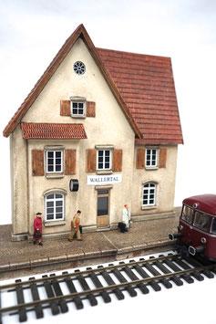 Landbahnhof mit Bahnsteig Spur 0  1:45 koloriert bemalt gealtert