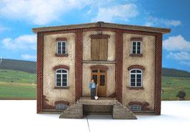 Genossenschafts Gebäude Vorderfront mit Aufgang Spur 1  1:32 koloriert, bemalt , gealtert