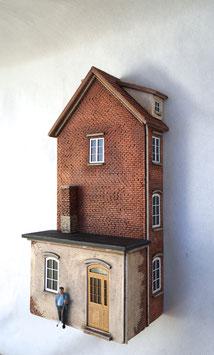 Kleinstadt - Wohnhaus  mit Gewerbeanbau Relief Spur 1  1:32 koloriert, bemalt , gealtert