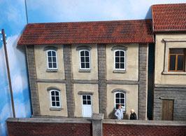 Wohnhaus mit weißen Spur 1  1:32 bemalt gealtert