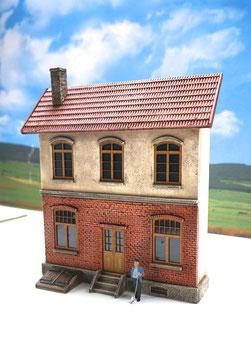 Eisenbahner Wohnhaus  Spur 1  1:32 koloriert, bemalt , gealtert