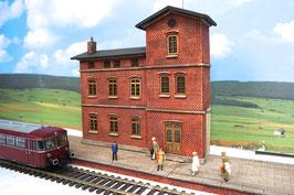 Bahnhofsgebäude mit  Bahnsteig für Spur 0 1:45 koloriert bemalt gealtert