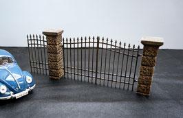 Pfeiler Einfriedungsmauer mit Eisentoren Maßstab 1  1:16 koloriert, bemalt , gealtert