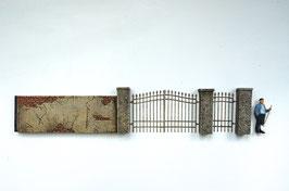 Betonpfeiler mit Eisentoren Spur 1  1:32 koloriert, bemalt , gealtert