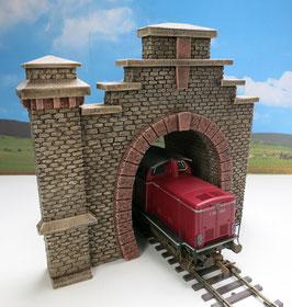 Tunnelportal  Rotstein mit Röhre und   Turmpfeiler Spur 1  1:32 koloriert, bemalt , gealtert