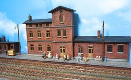 Bahnhofsgebäude mit Güterschuppen und Bahnsteig für Spur 0 1:45 koloriert bemalt gealtert
