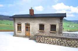 Lagergebäude Putzfassade mit Laderampe Spur 1  1:32 bemalt gealtert