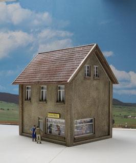 Mietshaus mit Laden Spur 1  1:32 koloriert, bemalt , gealtert