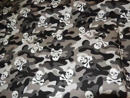 grau camouflage mit Totenköpfen