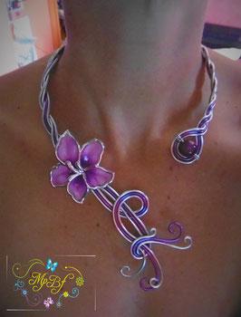 Collier hibiscus violet