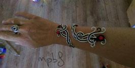 Le Bracelet tressé noir argenté perles rouges