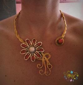 Collier doré Fleurs multi pétales rouge