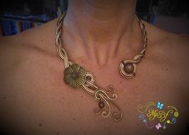 Collier bronzé fleuri