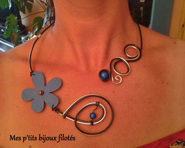 Collier flower power bleu