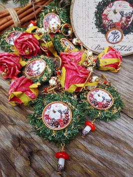 *A British Christmas* traditionelle rot-grüne Weihnachts- und Adventsgirlande mit Rosen, Kränzen, Cloisonné-Emaille & Porzellan-Fliegenpilzen