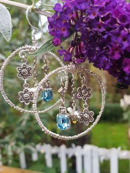 Süße Ohrgehänge *GARDEN* aus Vintage-Schmuckteilen- mit hellblauen Glaskristallen, versilberten Täubchen & Sterlingsilber-Blümchen