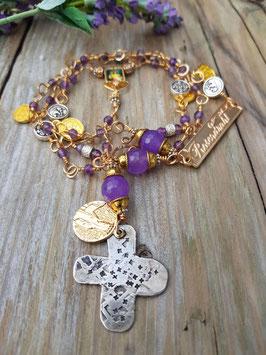 Gesegneter Unikat-Rosenkranz *BLESSINGS OF WISDOM* vergoldet & versilbert, mit lilafarbener Jade, 800er Silberkreuz und einer antiken Marienmedaille