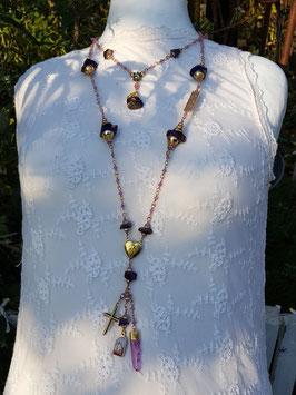 Gesegneter Unikat-Rosenkranz *AT THE END OF THE RAINBOW* mit großen Aura-Bergkristallnuggets, violetter Jade & einer eingefassten Quarzspitze - vergoldet
