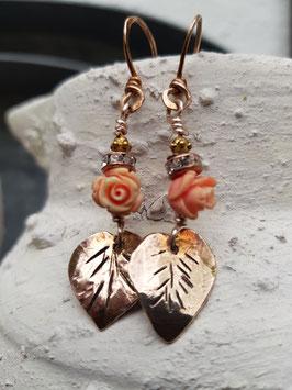 Bronze-Ohrringe mit Korallenröschen und Rosenblatt