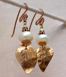 Bronze-Ohrringe mit Perle und Rosenblatt