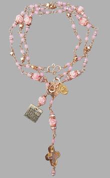 *ESTELLE* vergoldeter Rosenkranz mit 24Karat goldgefasstem Rosenquarzkreuz, Rosenquarzperlen, Korallenröschen, roségoldfarbenen Sternchen & Bronze