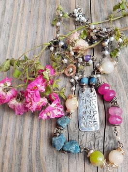 *BEREITE DIR DEIN EIGENES PARADIES* farbenfrohe, 2-zügige Edelstein-Kette (Jade, Apatit & Süßwasserperlen,  Krobobeads) mit gravierter 800er-Silberplatte